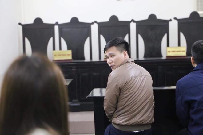 Xét xử ca sĩ Châu Việt Cường: Mẹ cô gái bị nhét tỏi mang di ảnh con đến tòa, khóc nức nở - Ảnh 4.