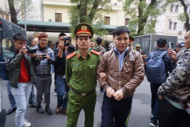 Xét xử ca sĩ Châu Việt Cường: Mẹ cô gái bị nhét tỏi mang di ảnh con đến tòa, khóc nức nở - Ảnh 2.