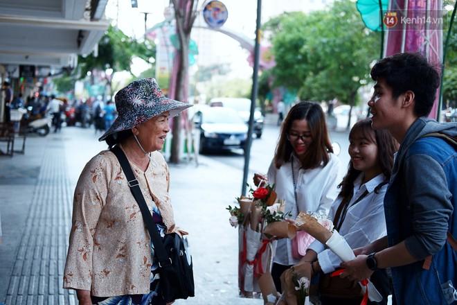 Nụ cười và giọt nước mắt của những người phụ nữ lam lũ trên đường phố Sài Gòn khi được tặng hoa 8/3 - Ảnh 3.