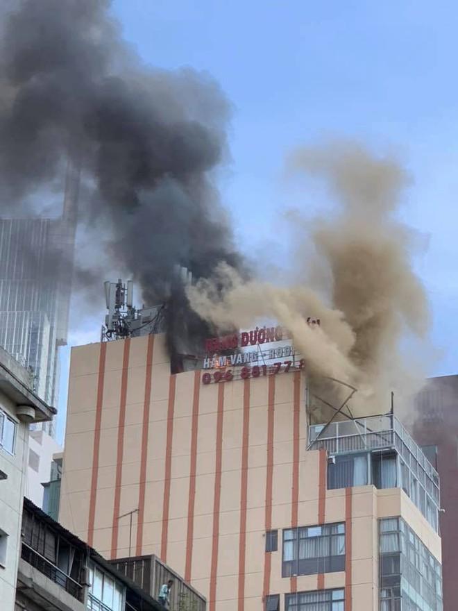 Nhà hàng trung tâm Sài Gòn bốc cháy, thực khách bỏ chạy tán loạn - Ảnh 1.