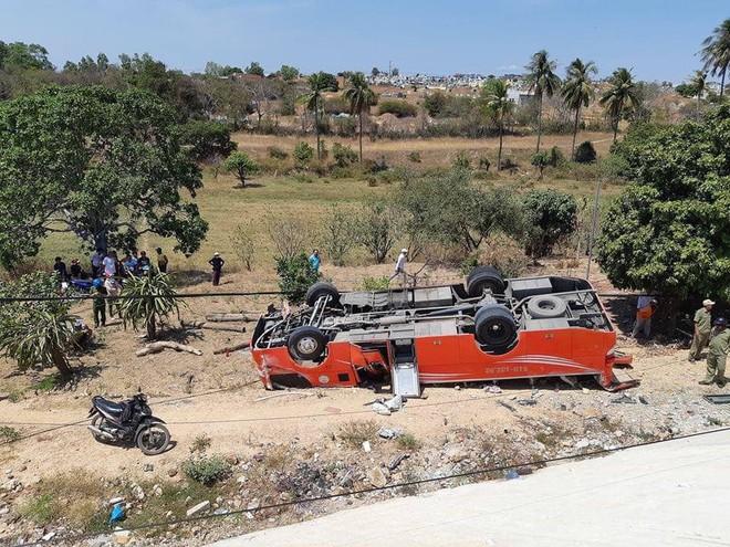 Xe khách rơi xuống vực ở Bình Thuận, nhiều hành khách ngoại quốc nhập viện cấp cứu - Ảnh 1.