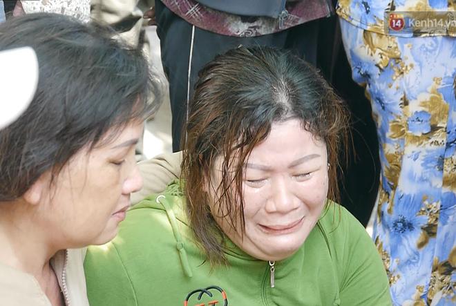 Vụ ôtô Lexus biển 6666 lao vào đám tang khiến 11 người thương vong: Tài xế xuống xe, quỳ khóc xin lỗi và nói