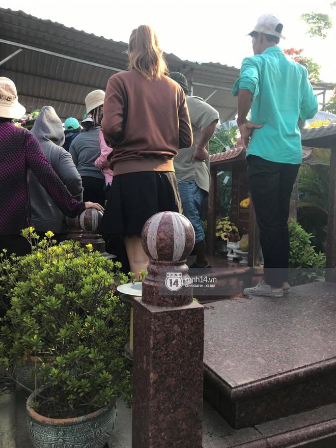 """Đám đông chen lấn, giẫm đạp lên các mộ phần để tìm """"vị trí đẹp"""" theo dõi tang lễ Anh Vũ - Ảnh 5."""