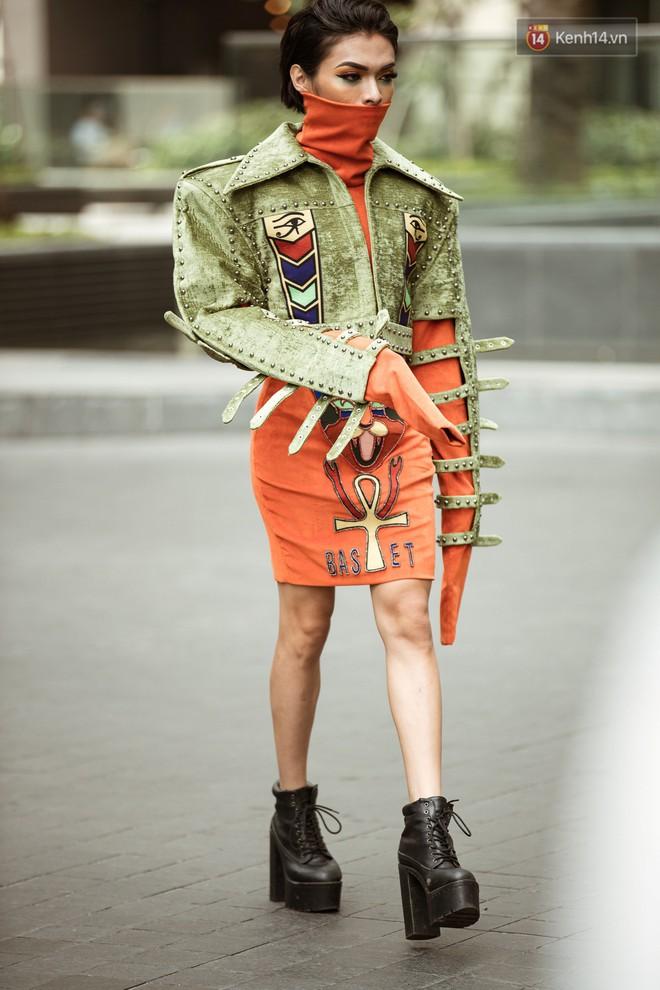 """Street style ngày 3 tại Tuần lễ thời trang: Nhóm bạn trẻ quái chiêu cầm dây xích dắt """"người hóa thú"""" chiếm trọn spotlight - Ảnh 5."""