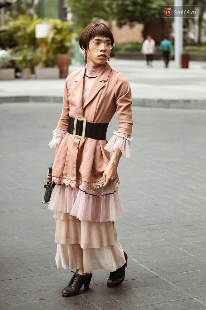 """Street style ngày 3 tại Tuần lễ thời trang: Nhóm bạn trẻ quái chiêu cầm dây xích dắt """"người hóa thú"""" chiếm trọn spotlight - Ảnh 4."""