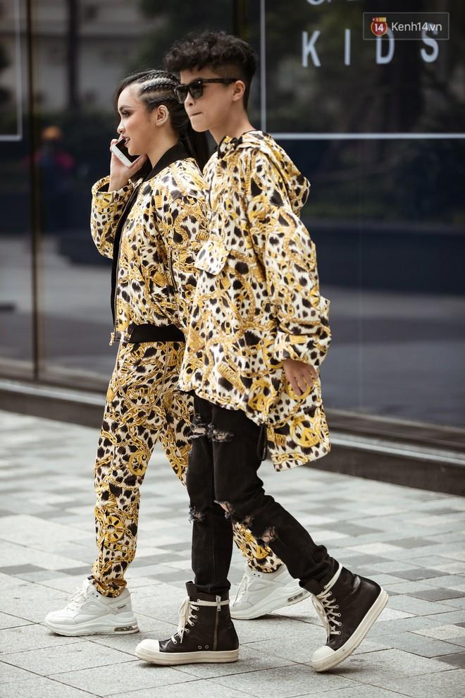 """Street style ngày 3 tại Tuần lễ thời trang: Nhóm bạn trẻ quái chiêu cầm dây xích dắt """"người hóa thú"""" chiếm trọn spotlight - Ảnh 6."""