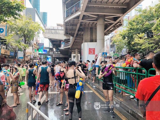 Hàng ngàn bạn trẻ Việt đang đổ về Bangkok để hoà vào dòng người chơi té nước Songkran! - Ảnh 12.