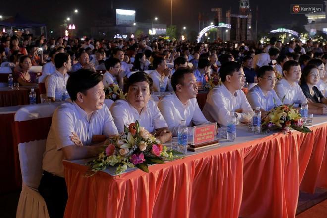 Giỗ tổ Hùng Vương 2019: Du khách trầm trồ với màn bắn pháo hoa đầy màu sắc trong đêm khai hội - Ảnh 2.