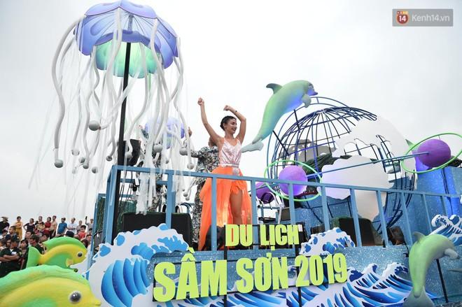 Màn Canaval sinh động và giao lưu với khán giả ấn tượng tại lễ hội du lịch biển Sầm Sơn - Ảnh 1.