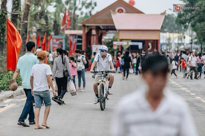 Bất chấp biển cấm, nhiều du khách vẫn mặc váy ngắn quần cộc đến lễ hội Đền Hùng - Ảnh 7.