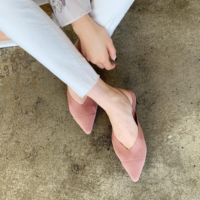 Thực sự tồn tại mẫu giày không chỉ giúp bạn thêm cao ráo, thanh mảnh mà còn sang lên rất nhiều - Ảnh 1.