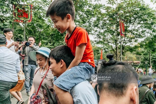 Chùm ảnh: Em nhỏ hoảng sợ khóc thét, được người nhà lôi kéo chen chúc giữa biển người tiến vào đền Hùng dâng hương - Ảnh 17.
