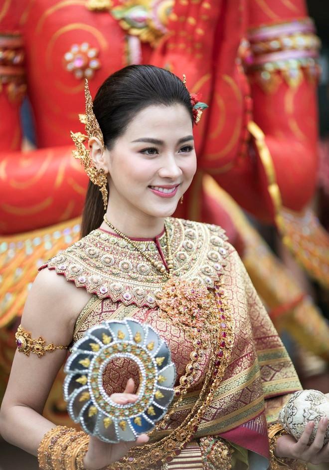 Dân tình náo loạn với nhan sắc cực phẩm của 'nữ thần Thungsa' trong lễ Songkran 2019 tại Thái Lan - Ảnh 1.