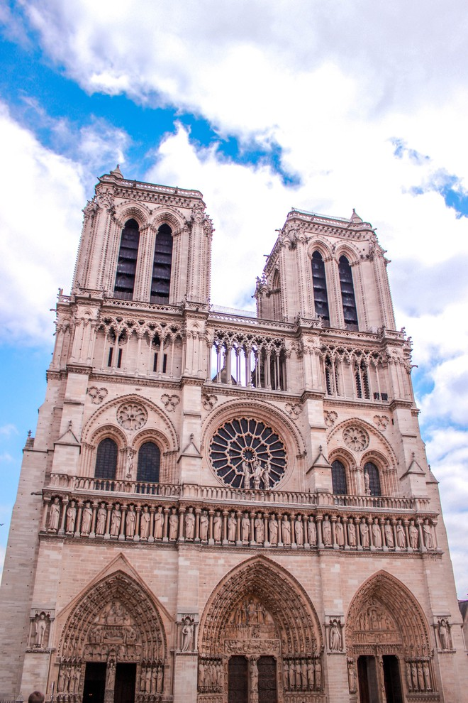 Trước khi sụp đổ một phần vì vụ cháy chấn động, Nhà thờ Đức Bà ở Paris từng là biểu tượng bình yên của cả nước Pháp - Ảnh 7.