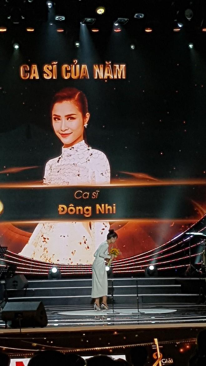 Nhận giải thưởng lớn nhưng hành động của Đông Nhi mới là điều khiến fan tự hào - Ảnh 2.