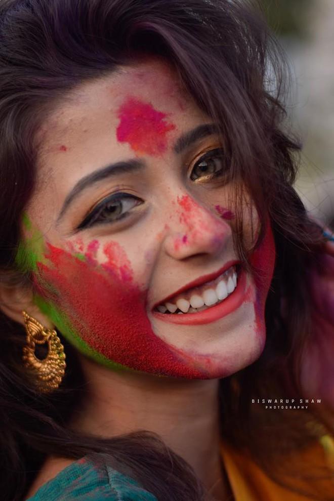 Xuất hiện trong lễ hội Mùa Xuân, thiếu nữ Ấn Độ khiến cộng đồng mạng chao đảo vì nhan sắc đẹp tựa thần tiên - Ảnh 2.