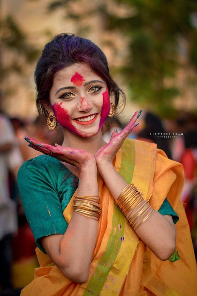 Xuất hiện trong lễ hội Mùa Xuân, thiếu nữ Ấn Độ khiến cộng đồng mạng chao đảo vì nhan sắc đẹp tựa thần tiên - Ảnh 3.