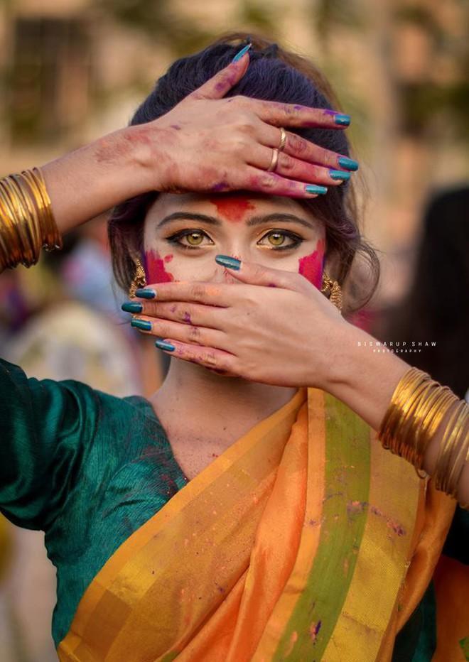 Xuất hiện trong lễ hội Mùa Xuân, thiếu nữ Ấn Độ khiến cộng đồng mạng chao đảo vì nhan sắc đẹp tựa thần tiên - Ảnh 1.