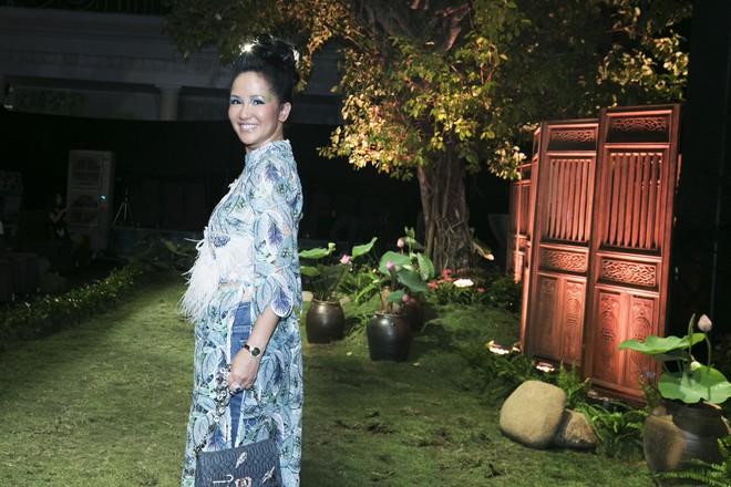 Chẳng hạn mà gặp, cả Lan Ngọc lẫn Đỗ Mỹ Linh đều hóa... Cô Tấm tại show của NTK Thủy Nguyễn - Ảnh 17.