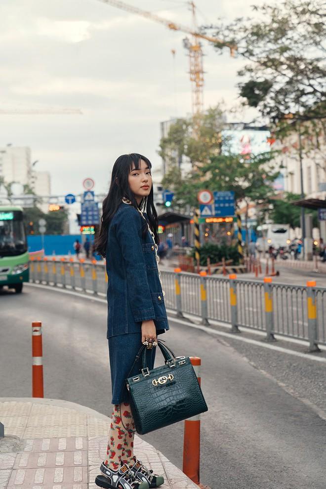 Dùng một chiếc túi nhưng vẫn có thể biến hóa theo nhiều phong cách khác nhau, Châu Bùi thực sự đáng nể - Ảnh 2.