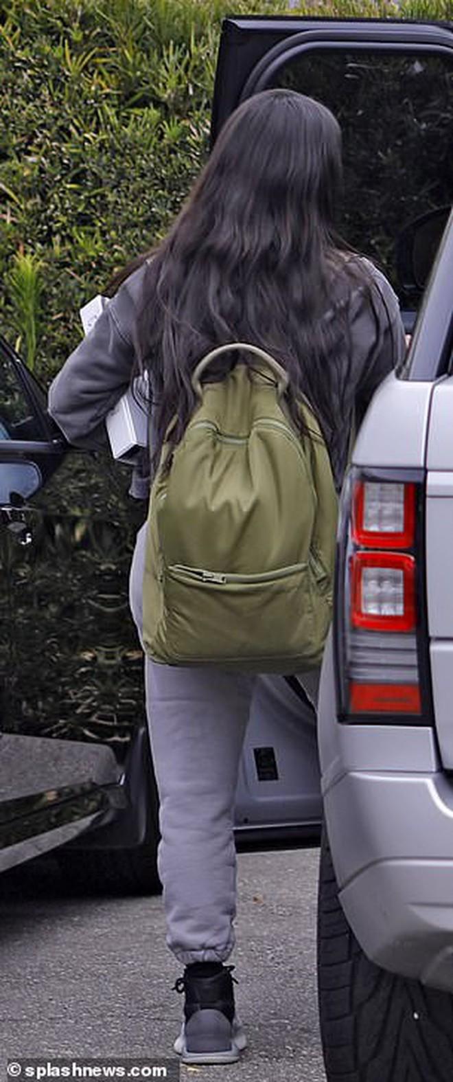 Sinh viên đại học U40 Kim Kardashian: Tưởng khiêm tốn nhưng vẫn đi thi bằng siêu xe, không quên cắp túi 2 tỉ bên người - Ảnh 1.