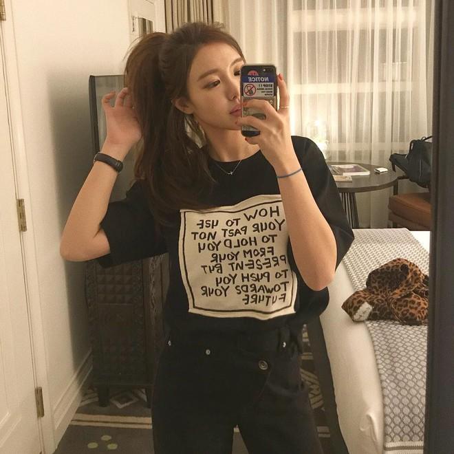 Chẳng ai bảo ai nhưng gái Hàn giờ cứ thi nhau diện mẫu áo phông siêu đơn giản này - Ảnh 2.