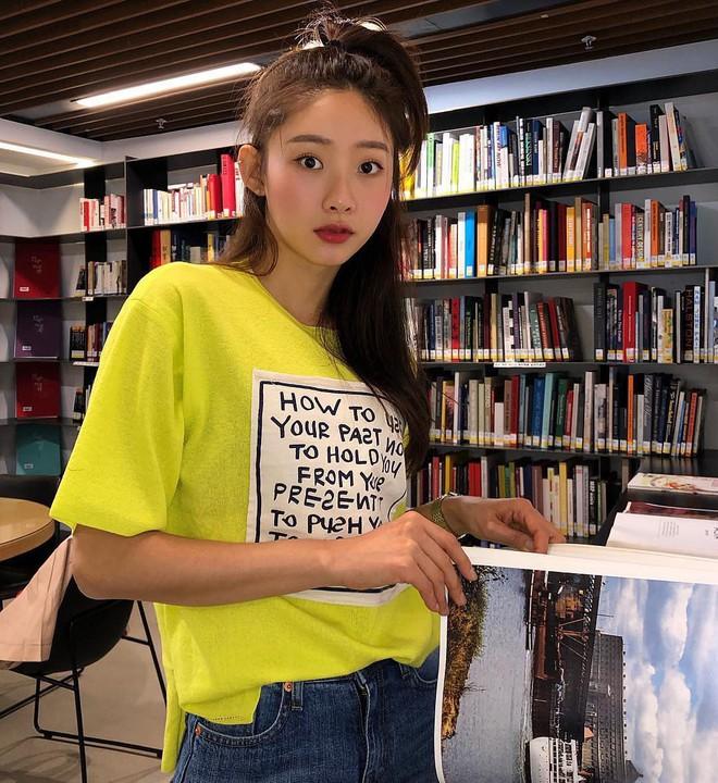 Chẳng ai bảo ai nhưng gái Hàn giờ cứ thi nhau diện mẫu áo phông siêu đơn giản này - Ảnh 1.