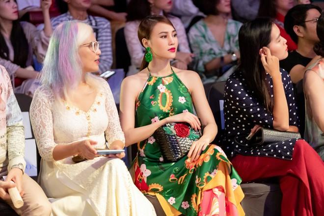 Chẳng hạn mà gặp, cả Lan Ngọc lẫn Đỗ Mỹ Linh đều hóa... Cô Tấm tại show của NTK Thủy Nguyễn - Ảnh 2.