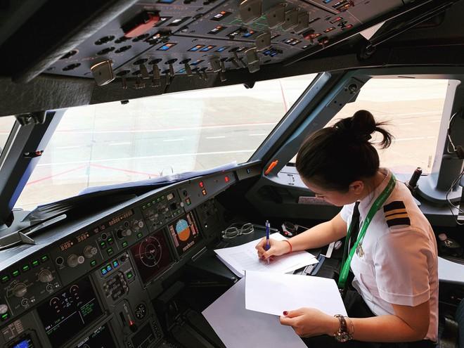 Hoa khôi Diệu Thuý: 23 tuổi rời showbiz vào nhà máy, 26 tuổi dốc cạn tiền tiết kiệm mạo hiểm học làm phi công - Ảnh 9.