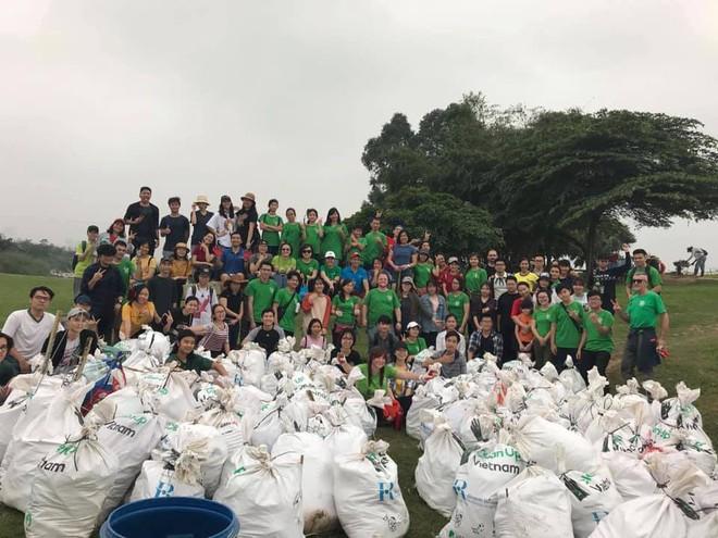 Thử thách dọn rác phiên bản lôi kéo đông vui nhất: 100 người nhặt cả tấn rác ở bãi sông Hồng, xử lý 90% rác khổng lồ ở Sơn Trà - Ảnh 4.