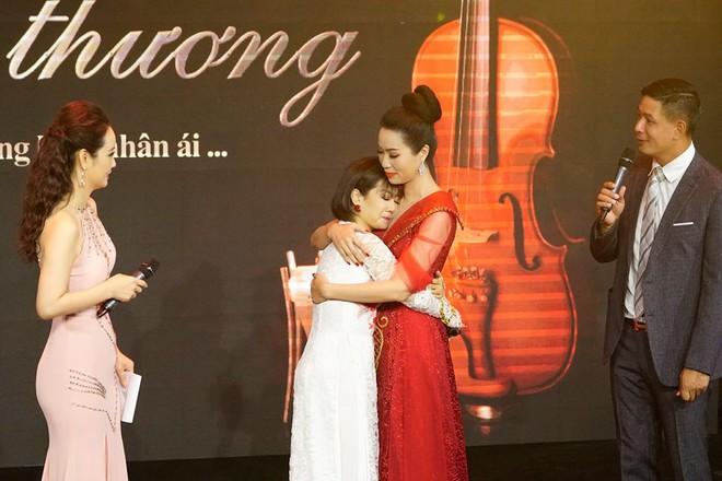 Mai Phương xúc động trong đêm nhạc gây quỹ giúp con gái đạo diễn Đỗ Đức Thành chữa bệnh ung thư máu - Ảnh 2.