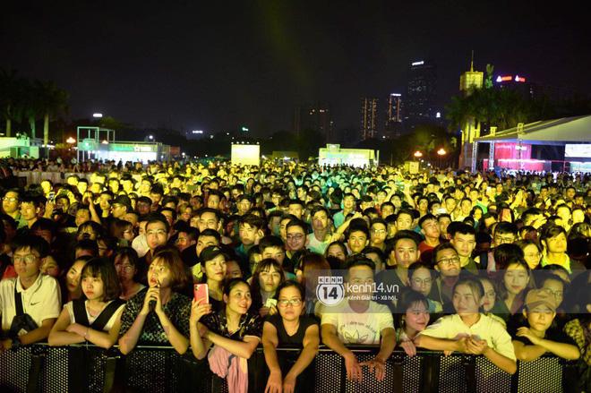 """Sơn Tùng M-TP hát liền 4 bản hit đình đám, cùng """"ông hoàng nhạc Trance"""" DJ Armin Van Buuren khuấy động hàng ngàn khán giả Hà thành - Ảnh 11."""