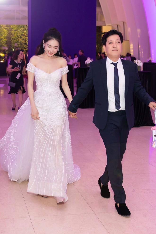 Nhã Phương - Trường Giang tay đan tay, lần đầu lộ diện cùng nhau sau nửa năm tổ chức đám cưới - Ảnh 1.