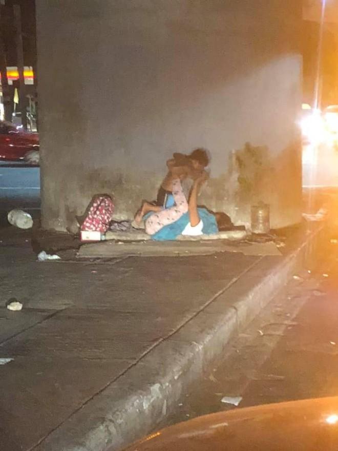 """Người mẹ vô gia cư bên góc phố và trò chơi """"xích đu"""" cùng con trai nhỏ: Dù ở đâu mẹ cũng mang cho con tuổi thơ trọn vẹn nhất - Ảnh 1."""