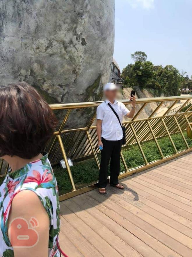 Tròn một ngày sau khi bị vẽ bậy, Cầu Vàng Đà Nẵng đã được các công nhân sơn sửa lại - Ảnh 1.