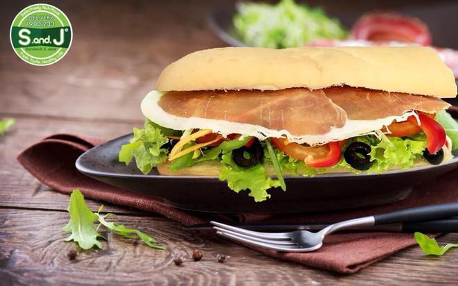 """Ăn không bỏ sót tất tần tật các món bánh mì mang nhiều """"quốc tịch"""" khác nhau ở Sài Gòn - Ảnh 5."""