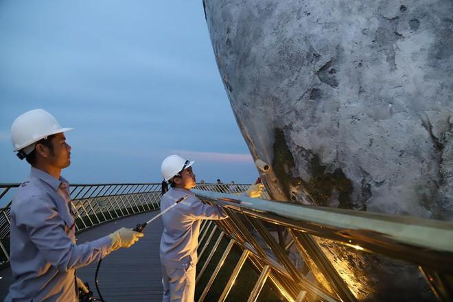 Tròn một ngày sau khi bị vẽ bậy, Cầu Vàng Đà Nẵng đã được các công nhân sơn sửa lại - Ảnh 5.