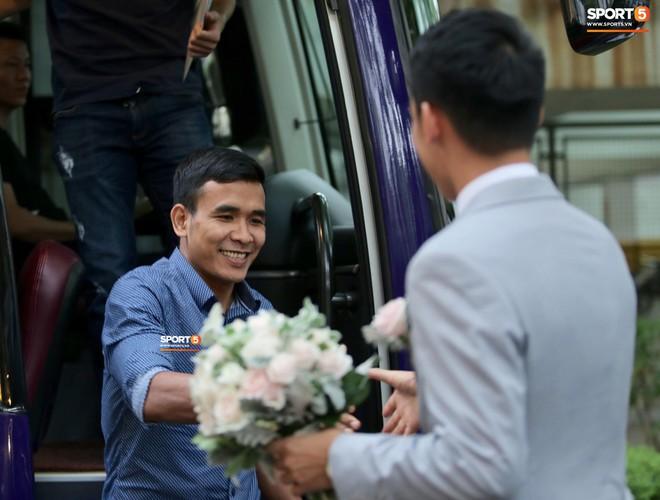 Chú rể Hùng Dũng đợi sẵn ở cửa xe, bắt tay từng người và nhận được những cái ôm cùng nụ cười tươi tắn chúc phúc từ những người anh em luôn sát cánh cùng anh ở CLB Hà Nội.