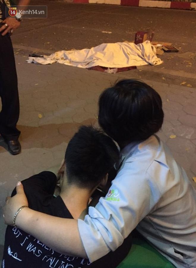 Hình ảnh đau xót: Con trai nữ công nhân môi trường gục khóc bên thi thể mẹ vụ ô tô tông liên hoàn ở Hà Nội - Ảnh 4.
