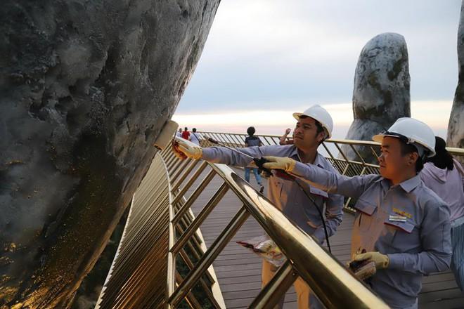 Tròn một ngày sau khi bị vẽ bậy, Cầu Vàng Đà Nẵng đã được các công nhân sơn sửa lại - Ảnh 7.