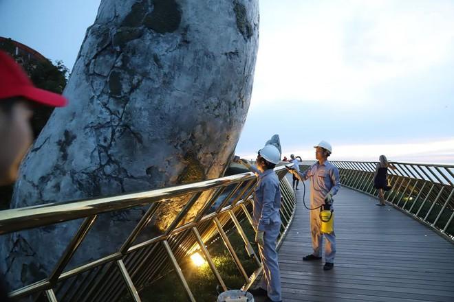Tròn một ngày sau khi bị vẽ bậy, Cầu Vàng Đà Nẵng đã được các công nhân sơn sửa lại - Ảnh 8.