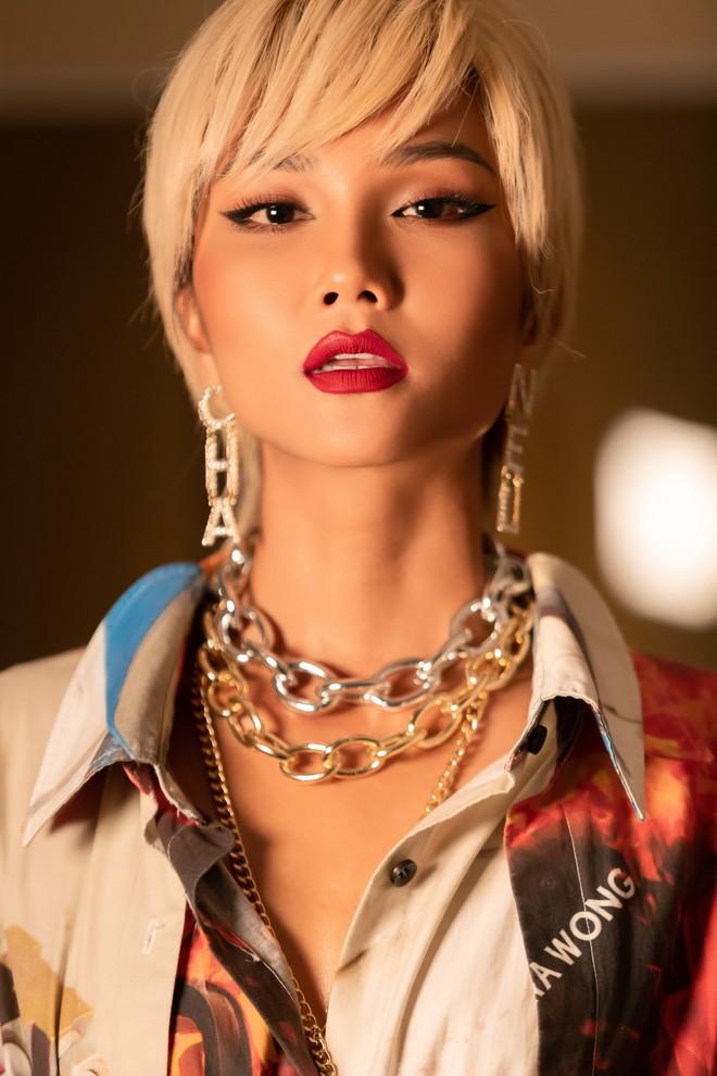 Hoa hậu HHen Niê lại thay đổi kiểu tóc vô cùng mới lạ khiến fan nhìn mãi không ra - Ảnh 3.