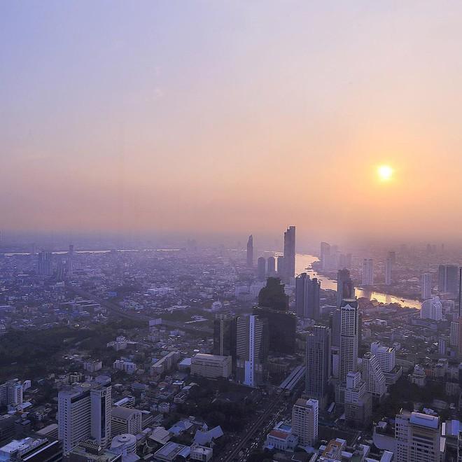 Dân tình hốt hoảng với sàn kính cao ở độ cao trên 300m ngắm trọn cảnh thủ đô Bangkok - Ảnh 1.