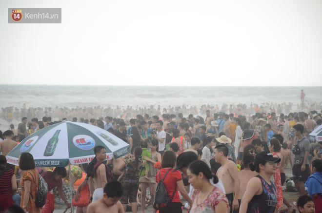 Ảnh: Biển Sầm Sơn đục ngầu, hàng vạn người vẫn chen chúc vui chơi dịp lễ 30/4 - 1/5 - Ảnh 12.