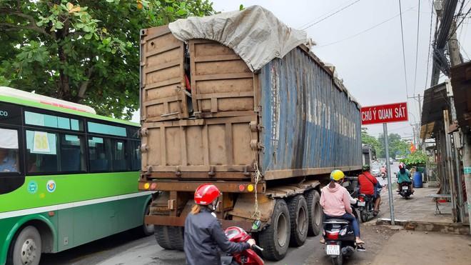 TPHCM: Xe container va quệt làm gãy cây đè trúng ô tô, người mẹ bồng con vài tháng tuổi thoát chết trong gang tấc - Ảnh 1.