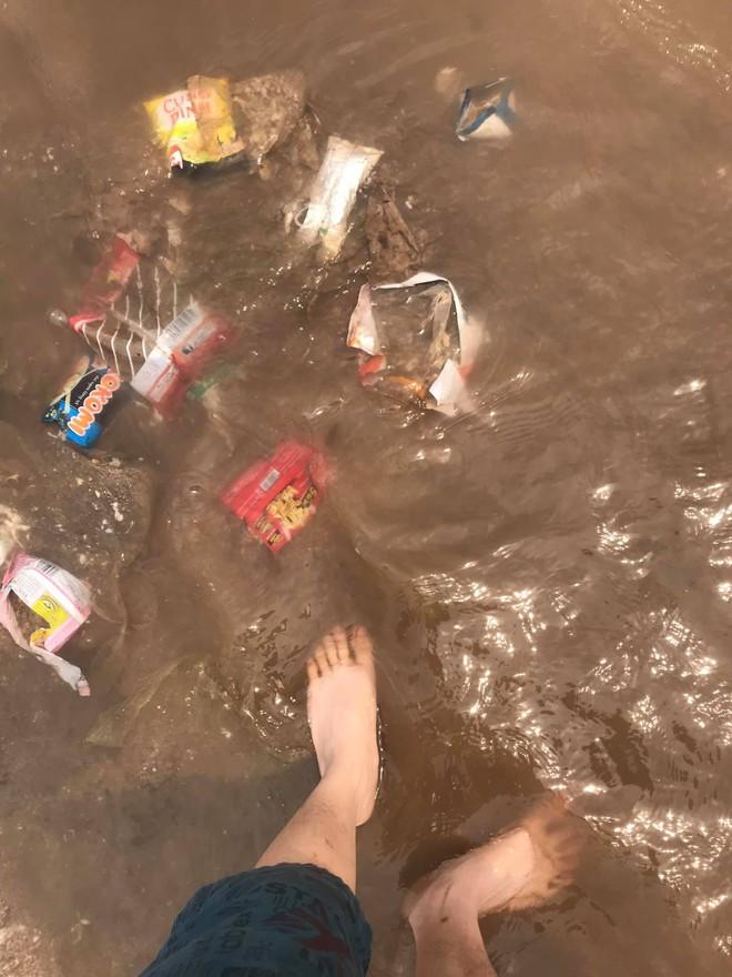 Kinh hãi cảnh rác nổi lềnh bềnh ở bãi biển Đồ Sơn, du khách vẫn vô tư xuống tắm - Ảnh 1.