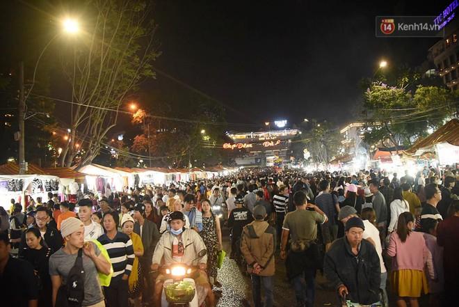 """Chợ đêm Đà Lạt """"vỡ trận"""", điểm trông giữ xe tê liệt không còn chỗ trống khi hàng vạn du khách ghé thăm - Ảnh 2."""