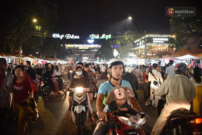 """Chợ đêm Đà Lạt """"vỡ trận"""", điểm trông giữ xe tê liệt không còn chỗ trống khi hàng vạn du khách ghé thăm - Ảnh 3."""
