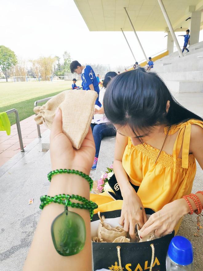 Cuộc sống đời thường của Thủy Tiên: Sáng đi chợ rồi tới học viện ngắm chồng huấn luyện cầu thủ nhí - Ảnh 2.