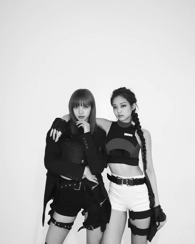 Nhìn Jennie đứng cạnh Lisa này, ai dám bảo Jennie chân to body không chuẩn? - Ảnh 1.